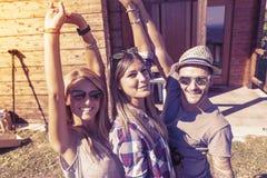 采取滑稽的selfie的小组微笑的朋友 图库摄影