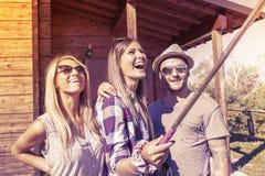 采取滑稽的selfie的小组微笑的朋友 免版税图库摄影
