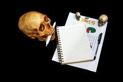 采取头骨的笔记,裁减路线 图库摄影
