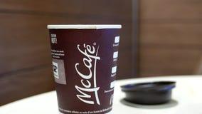 采取Mccafe咖啡的妇女 影视素材