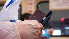 采取MRT和演奏电话的通勤者的行动 股票视频