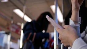 采取MRT和演奏电话的通勤者的行动 影视素材