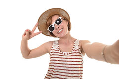 采取selfie与手机的年轻可爱的女孩照片画象有在别致的时髦旅游神色的夏天礼服的 库存图片