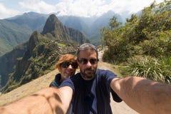 采取selfie在马丘比丘,秘鲁的夫妇 图库摄影
