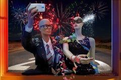 采取selfie庆祝新年的对时装模特 库存照片