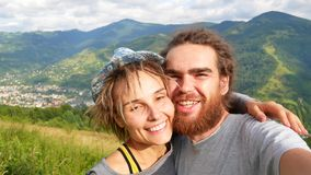 采取selfie智能手机的旅游夫妇分享享受假日欧洲假期旅行冒险的生活方式照片 股票视频
