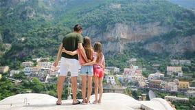 采取selfie照片背景波西塔诺镇的父亲和孩子在阿马飞海岸的Itali 影视素材