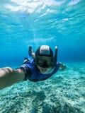 采取selfie画象的Freediver年轻人在水面下 免版税库存图片