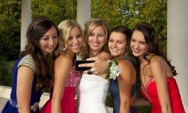 采取Selfie的一个小组少年正式舞会女孩 免版税图库摄影