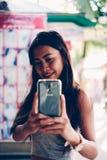 采取selfie的一个美丽和性感的亚裔女孩的画象 库存照片