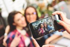 采取selfie的两个年轻朋友 库存照片