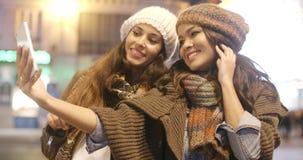 采取selfie的两名活泼的妇女 股票录像