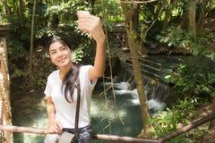 采取selfie的亚裔妇女在森林里 库存照片