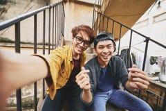 采取Selfie的亚裔朋友 免版税图库摄影