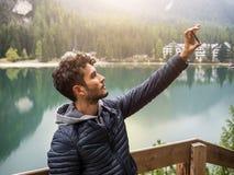 采取selfie的人在湖 免版税库存图片