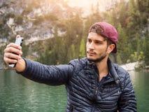 采取selfie的人在湖 库存图片