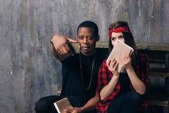 采取selfie的人种间同学夫妇 免版税库存照片