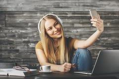 采取selfie的俏丽的妇女 免版税库存图片