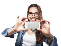 采取selfie的俏丽的行家女孩 愉快的年轻人 免版税库存照片