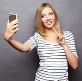 采取selfie的俏丽的行家女孩 免版税库存图片