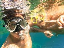 采取selfie的冒险的最好的朋友潜航在水面下 免版税库存图片