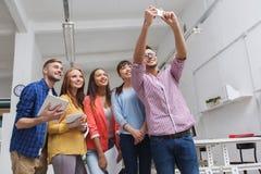 采取selfie的创造性的企业队在办公室 库存图片