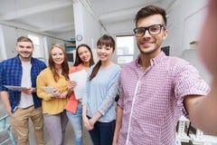 采取selfie的创造性的企业队在办公室 免版税库存照片