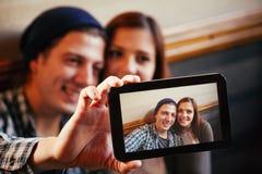 采取Selfie的可爱的夫妇 免版税库存图片