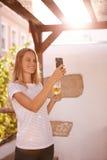 采取selfie的可爱的微笑的白肤金发的女孩 免版税库存照片