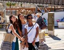 采取selfie的四个微笑的不同种族的女孩 免版税图库摄影