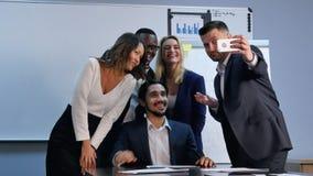 采取selfie的多种族队在业务会议上 免版税库存图片