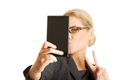 采取selfie的女实业家 免版税库存照片