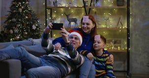 采取selfie的家庭在平安夜 股票视频