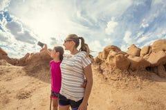 采取selfie的家庭,当一起远足在拱门国家公园时 图库摄影