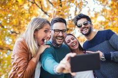 采取selfie的小组四个滑稽的朋友 免版税库存照片