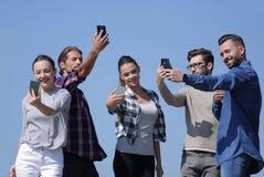 采取selfie的小组青年人 库存图片
