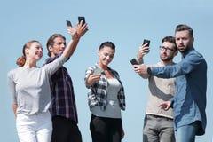 采取selfie的小组青年人 免版税库存照片