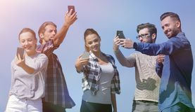 采取selfie的小组青年人 库存照片