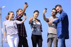 采取selfie的小组青年人 免版税图库摄影