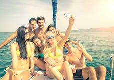 采取selfie的小船的朋友 免版税库存图片