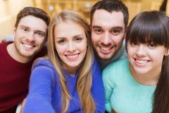 采取selfie的小组微笑的朋友 库存照片