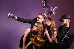 采取selfie的小组快乐的青年人 库存图片