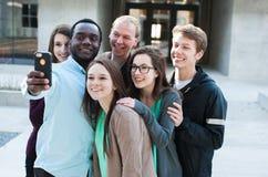 采取Selfie的小组朋友 免版税图库摄影