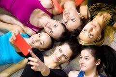 采取selfie的小组美丽的运动的女朋友,自portra 库存图片