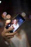 采取selfie的少妇在城市 图库摄影