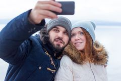 采取selfie的徒步旅行者年轻微笑的夫妇  库存照片