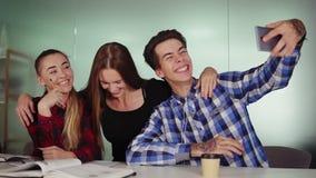 采取selfie的微笑的商人在会议室在创造性的开会在桌和拥抱上 股票视频