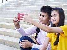 采取selfie的微笑的夫妇 免版税库存图片