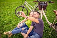 采取selfie的微笑的年轻夫妇 库存图片