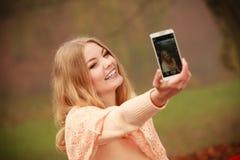采取selfie的快乐的白肤金发的女孩 免版税库存照片